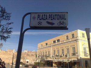 Prohibido Pelota y Bicicleta en Plaza de Las Culturas