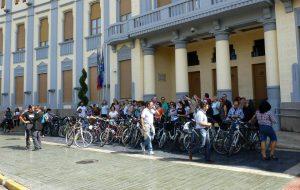 Foto grupo Ruedas Redondas y Melilla ConBici Palacio de la Asamblea