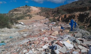 Escombros ilegales en subida a cuesta la peseta