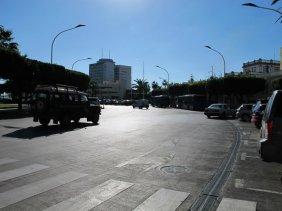 14. Entrando desde la Avenida Juan Carlos I a la Plaza España seguir por el carril de la derecha.