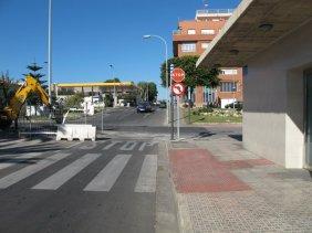 3. En el cruce cortaremos el paso a los que van por el carril de la derecha, permitiendo el paso por el de la izquierda moderando la velocidad. Recordar a los participantes de solo usar el carril de la derecha