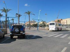 35. Incorporarse a la plaza reduciendo la velocidad a 10 km:h y separándose de los peatones