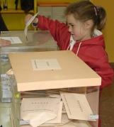 Niña votando