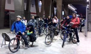 grupo en bicicleta al barco