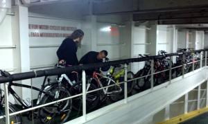 Grupo en bicicleta en barco