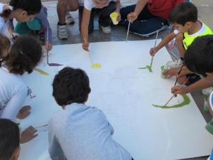 Niños pintando con Kahina